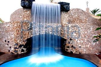 Wasserfall Im Pool (Benjamin Nickel)   Lizenzfrei (royalty Free)