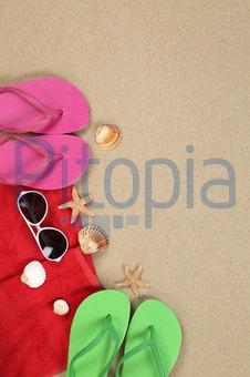 b225543ef13dc Strandszene im Sommer am Strand mit Handtuch und Textfreiraum (Markus  Mainka) - lizenzfrei (