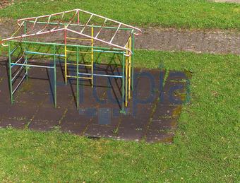 Klettergerüst Garten Metall : Kinderspielplatz metall klettergerüst und rutsche stockfoto bild