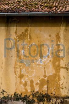 Putz fr feuchte wnde feuchte mauern arbeiter stemmen den feuchten putz von der nordfassade der - Nasse wande im haus ...