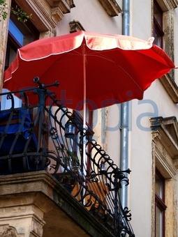 Bildagentur Pitopia - Bilddetails - Roter Sonnenschirm auf Balkon ...