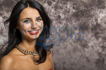 Junges hübsches Mädchen Frau mit langen schwarzen Haaren in ro (juniart) -  lizenzfrei ( 720360acd5