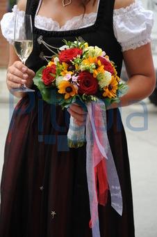 Bildagentur Pitopia Bilddetails Braut In Dirndl Mit Sekt Und