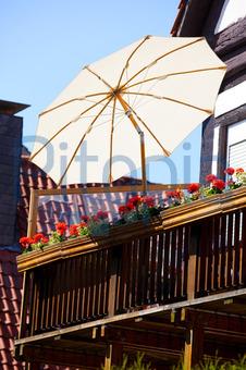 sonnenschirm balkon holz