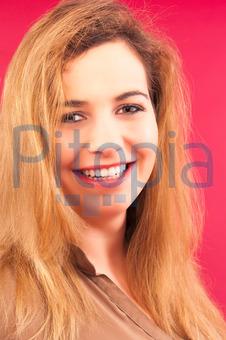Molliges blondes weißes Mädchen