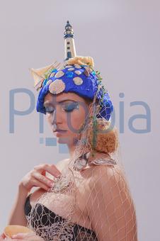 Bildagentur Pitopia Bilddetails Schone Frau Mit Extravaganten
